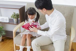 プレゼントをする女の子の写真素材 [FYI00922350]