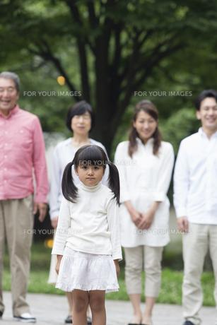 公園に立つ家族の写真素材 [FYI00922351]