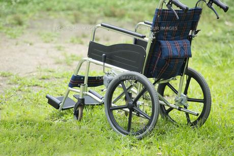 公園に置かれた車いすの写真素材 [FYI00922352]