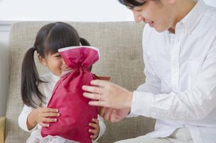 プレゼントをする女の子の写真素材 [FYI00922355]