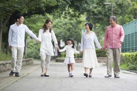公園を歩く家族の写真素材 [FYI00922361]