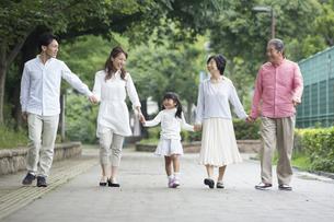公園を歩く家族の素材 [FYI00922361]