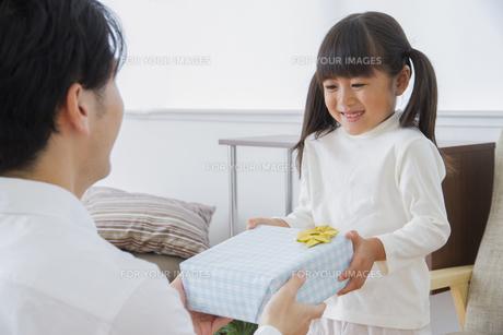 プレゼントをする女の子の写真素材 [FYI00922362]