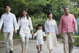 公園を歩く家族の写真素材 [FYI00922363]