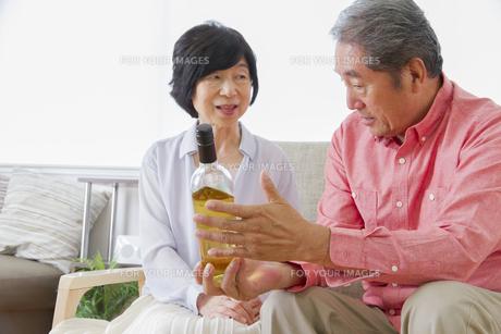 ワインを見る老夫婦の写真素材 [FYI00922367]
