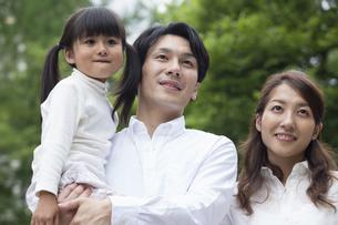 公園に立つ家族の写真素材 [FYI00922368]