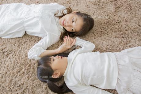 くつろぐ母娘の写真素材 [FYI00922370]