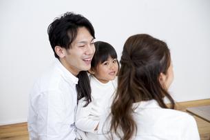 団欒する家族の写真素材 [FYI00922371]