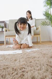 お絵描きをする娘の写真素材 [FYI00922374]