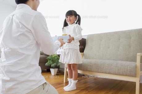 プレゼントをする女の子の写真素材 [FYI00922375]