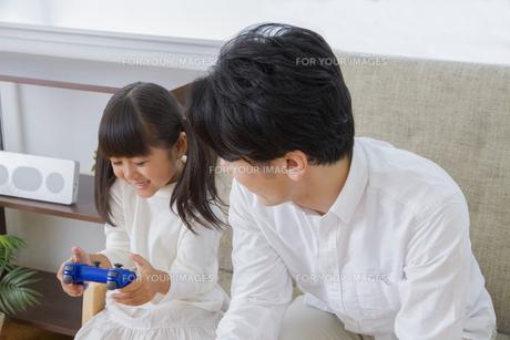 ゲームをする親子の写真素材 [FYI00922376]