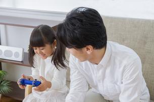 ゲームをする親子の素材 [FYI00922376]