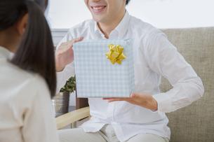 プレゼントをする女の子の素材 [FYI00922377]