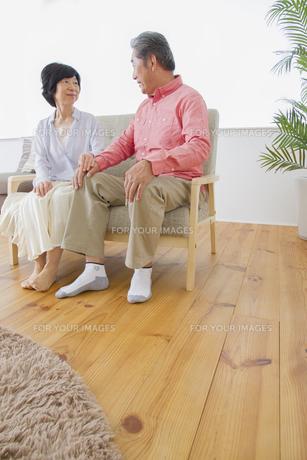 くつろぐ老夫婦の写真素材 [FYI00922381]