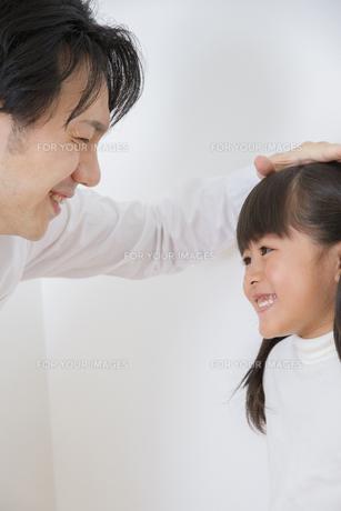 身長を測る親子の素材 [FYI00922384]