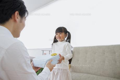 プレゼントをする女の子の写真素材 [FYI00922387]