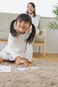 お絵描きをする娘の写真素材 [FYI00922388]