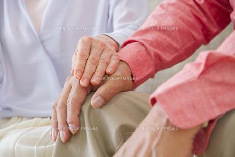 くつろぐ老夫婦の写真素材 [FYI00922390]