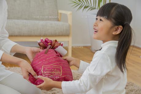 プレゼントをする女の子の写真素材 [FYI00922398]