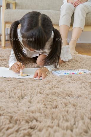 お絵描きをする娘の写真素材 [FYI00922399]