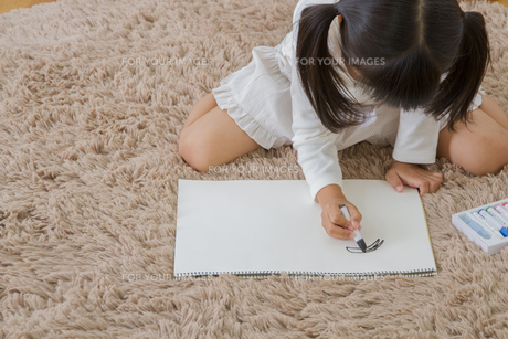お絵描きをする娘の写真素材 [FYI00922400]