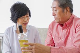 ワインを見る老夫婦の写真素材 [FYI00922404]