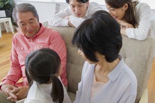 団欒する家族の写真素材 [FYI00922414]