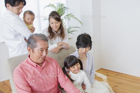 団欒する家族の素材 [FYI00922423]