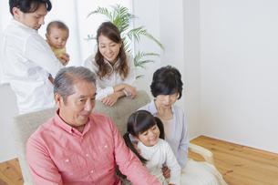 団欒する家族の写真素材 [FYI00922423]
