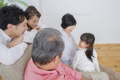 団欒する家族の写真素材 [FYI00922424]