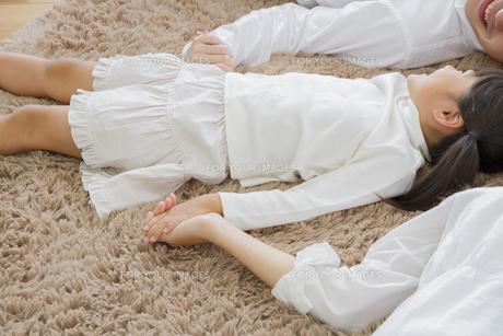 昼寝をする親子の写真素材 [FYI00922429]