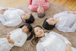昼寝をする家族の写真素材 [FYI00922431]