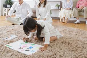 お絵描きをする娘の写真素材 [FYI00922433]