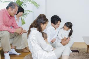 団欒する家族の写真素材 [FYI00922437]