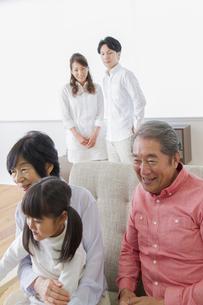 団欒する家族の写真素材 [FYI00922442]