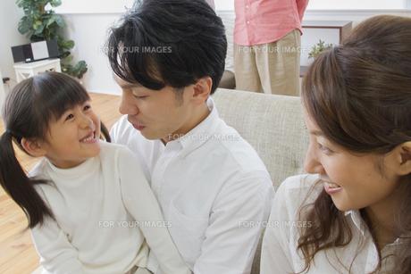 団欒する家族の写真素材 [FYI00922444]