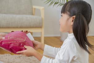 プレゼントをする女の子の写真素材 [FYI00922451]
