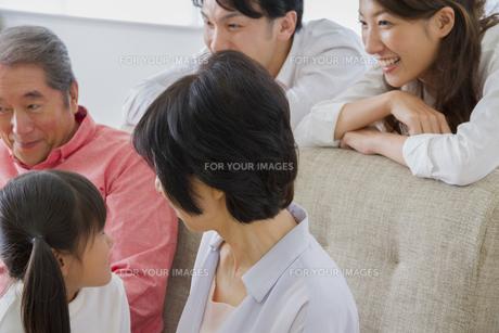 団欒する家族の写真素材 [FYI00922452]