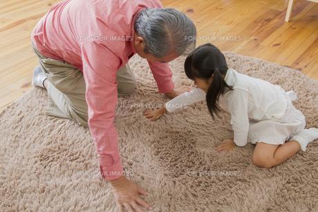 祖父と遊ぶ女の子の写真素材 [FYI00922457]