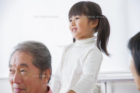 マッセージをする女の子の写真素材 [FYI00922458]