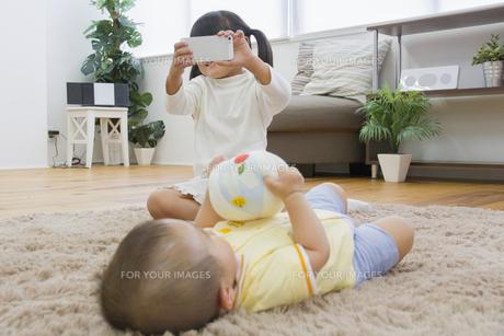 弟を撮影する女の子の写真素材 [FYI00922462]