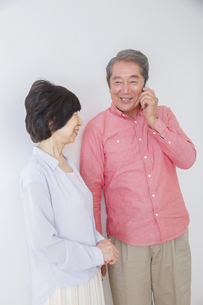 電話をかける老夫婦の写真素材 [FYI00922466]
