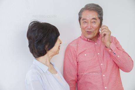 電話をかける老夫婦の写真素材 [FYI00922468]