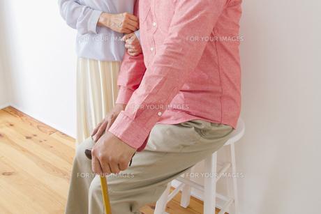 杖をつく老夫婦の写真素材 [FYI00922469]