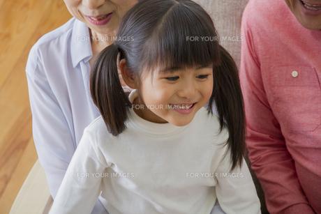団欒する家族の写真素材 [FYI00922476]