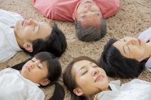 昼寝をする家族の写真素材 [FYI00922477]