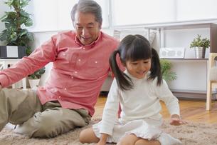 祖父と遊ぶ女の子の素材 [FYI00922480]