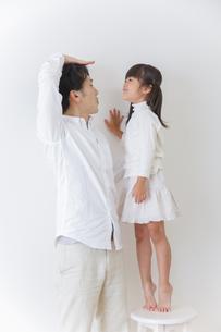 娘と遊ぶ父親の写真素材 [FYI00922487]