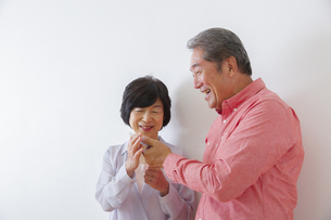 電話をかける老夫婦の写真素材 [FYI00922490]