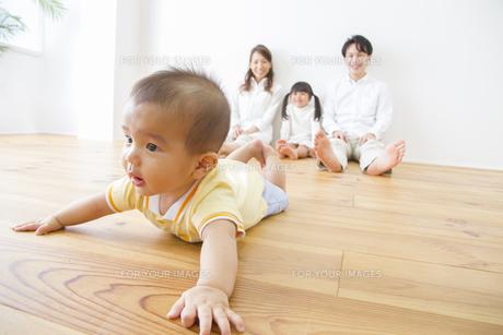 赤ちゃんを見守る家族の写真素材 [FYI00922492]